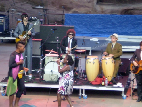 Sharon Jones and The Dap Kings + fan